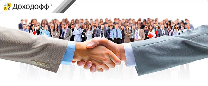 Рукопожатие на фоне группы людей